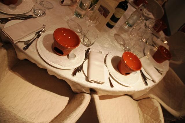 tavola con i caratteristici fornelli