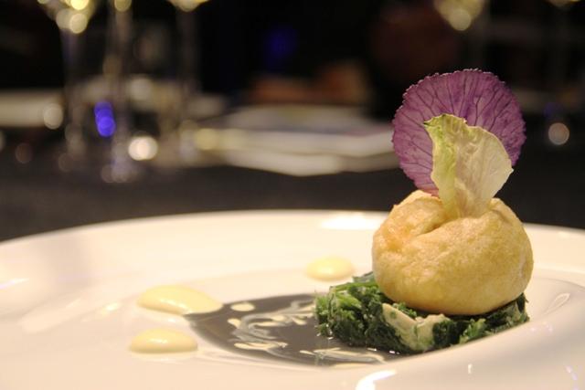 elegante la frittella di murena con torzella stufata e maionese al limone in cartoccio di Pasquale Palamaro dell'Indaco di Ischia
