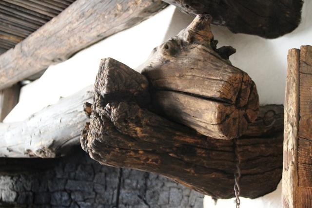 pieno di legni antichi e materiali recuperati