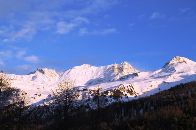 con le montagne in alto