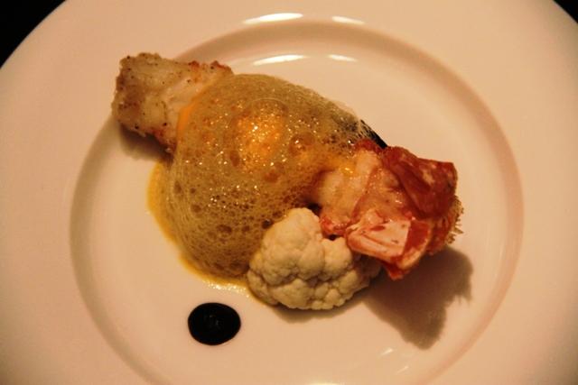 scampo con pure di cavolfiore, salsa all'uovo di anatra e essenza di astice (Alvin Leung)