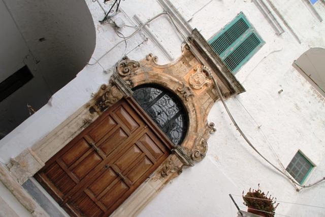 segno di ricchezza è la cornice (in genere molto ricca) delle porte